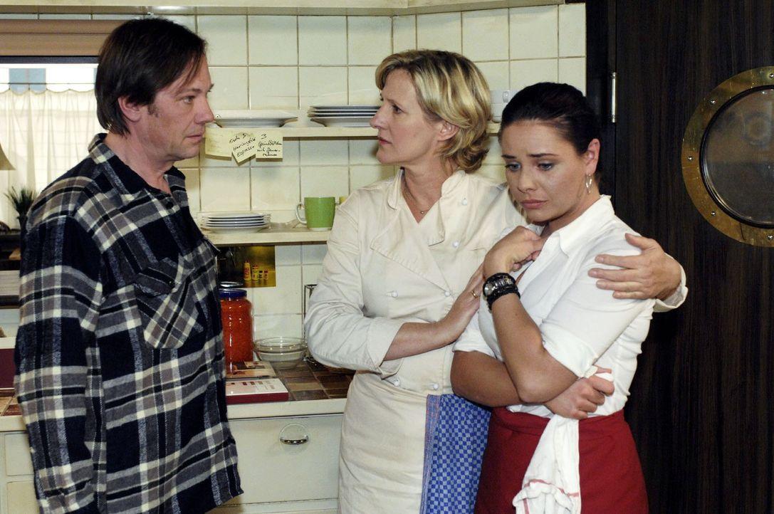 Armin (Rainer Will, l.) gibt Paloma (Maja Maneiro, r.) die Schuld und will sie feuern, was Susanne (Heike Jonca, M.) gerade noch verhindern kann. - Bildquelle: Oliver Ziebe Sat.1