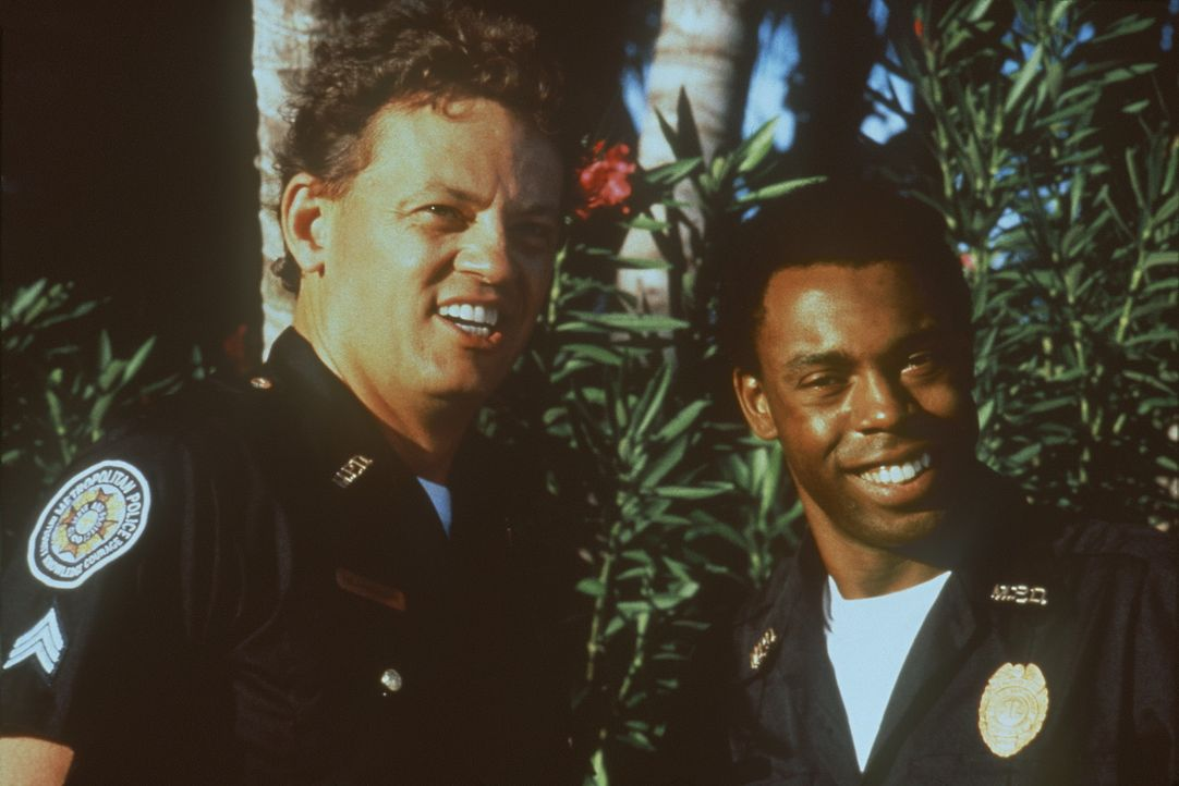 Noch ahnen Jones (Michael Winslow, r.) und Tackleberry (David Graf, l.) nicht, dass ihr Einsatz dringend erforderlich ist ... - Bildquelle: Warner Bros.