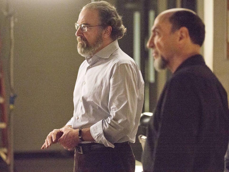 Befürchten, dass die Mission schief geht und wollen deshalb Brody beseitigen: Saul (Mandy Patinkin, l.) und Dar Adal (F. Murray Abraham, r.) ... - Bildquelle: 2013 Twentieth Century Fox Film Corporation. All rights reserved.