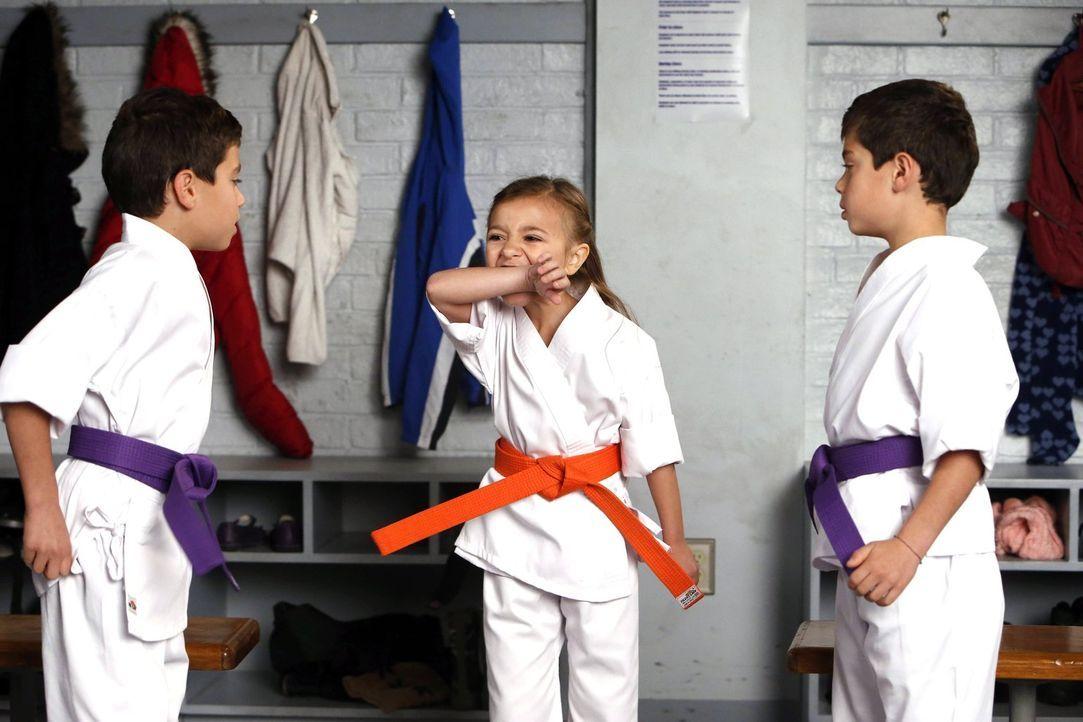 Während Laura in einem neuen Fall ermittelt, machen ihre Söhne Harrison (Vincent Reina, l.) und Nicholas (Charlie Reina, r.) Bekanntschaft mit Zoe (... - Bildquelle: Warner Bros. Entertainment, Inc.