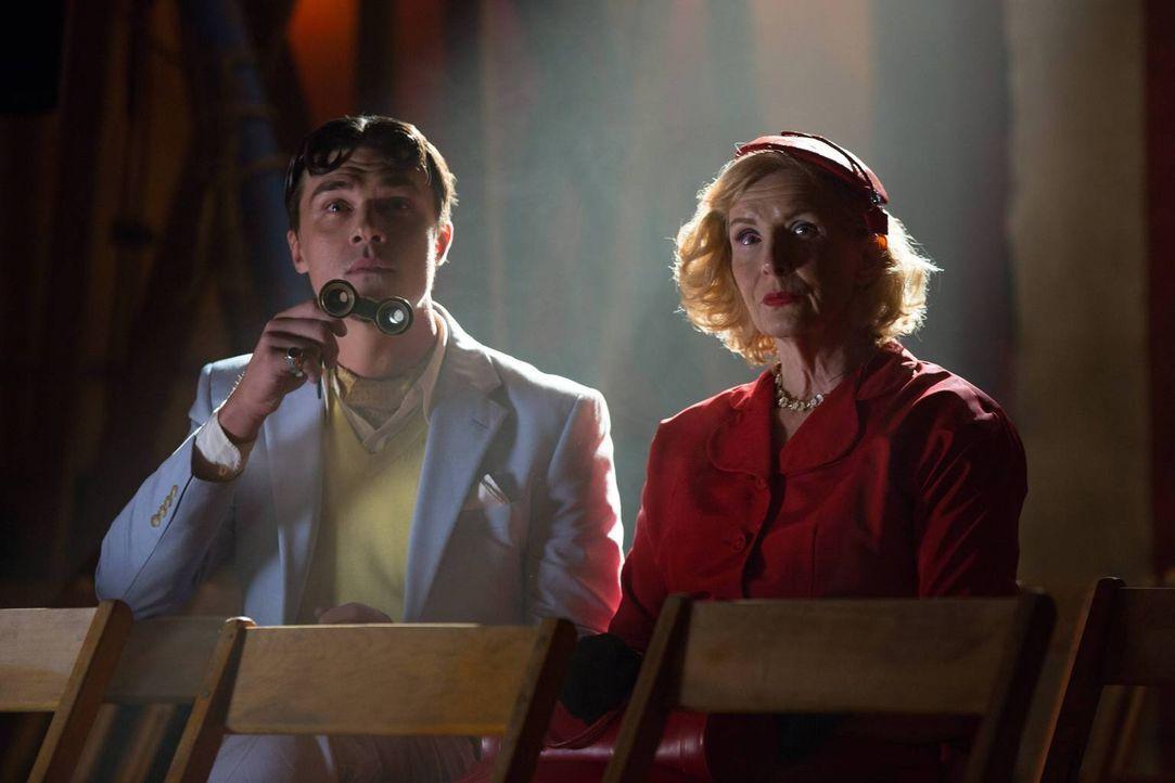Dandy Mott (Finn Wittrock, l.) ist begeistert von den Freaks in der Show und seine Mutter Gloria (Frances Conroy, r.) möchte ihm zur Unterhaltung se... - Bildquelle: 2014-2015 Fox and its related entities. All rights reserved.