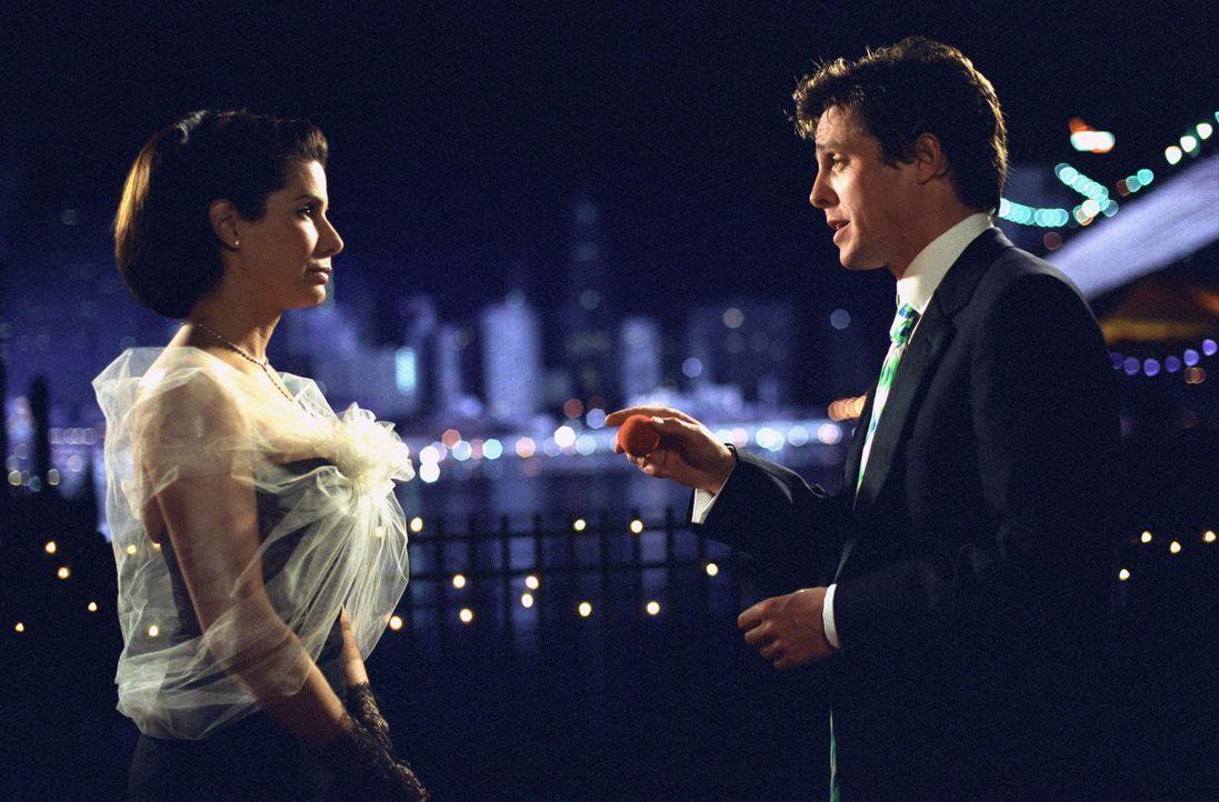 Obwohl George Wade (Hugh Grant, r.) egoistisch denkt und handelt, kann sich die sozial engagierte Anwältin Lucy Kelson (Sandra Bullock, l.) seinem C... - Bildquelle: Warner Bros.