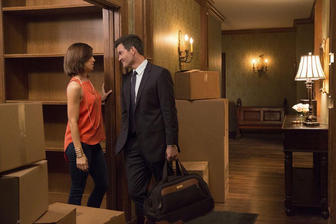 Während Opal versucht Marisol (Ana Ortiz, l.) aus dem Haus zu verscheuchen, will Nicholas (Mark Deklin, r.) sie unbedingt bei sich behalten ... - Bildquelle: 2014 ABC Studios