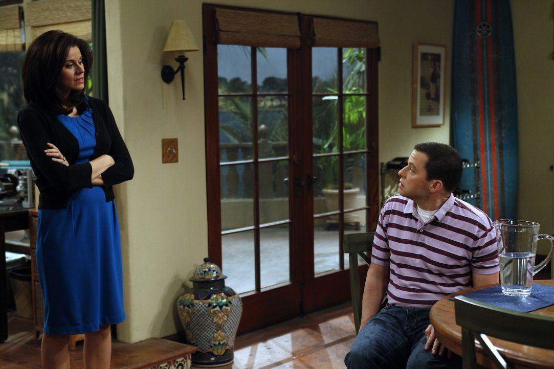 Charlie hofft auf Hilfe von seinem Bruder Alan (Jon Cryer, r.), damit Chelsea (Jennifer Bini Taylor, l.) nicht mehr sauer auf ihn ist. Doch dazu ist... - Bildquelle: Warner Bros. Television