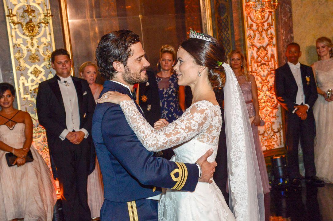 Hochzeit-Prinz-Carl-Philip-Sofia-Hellqvist-15-06-13-14-dpa - Bildquelle: dpa
