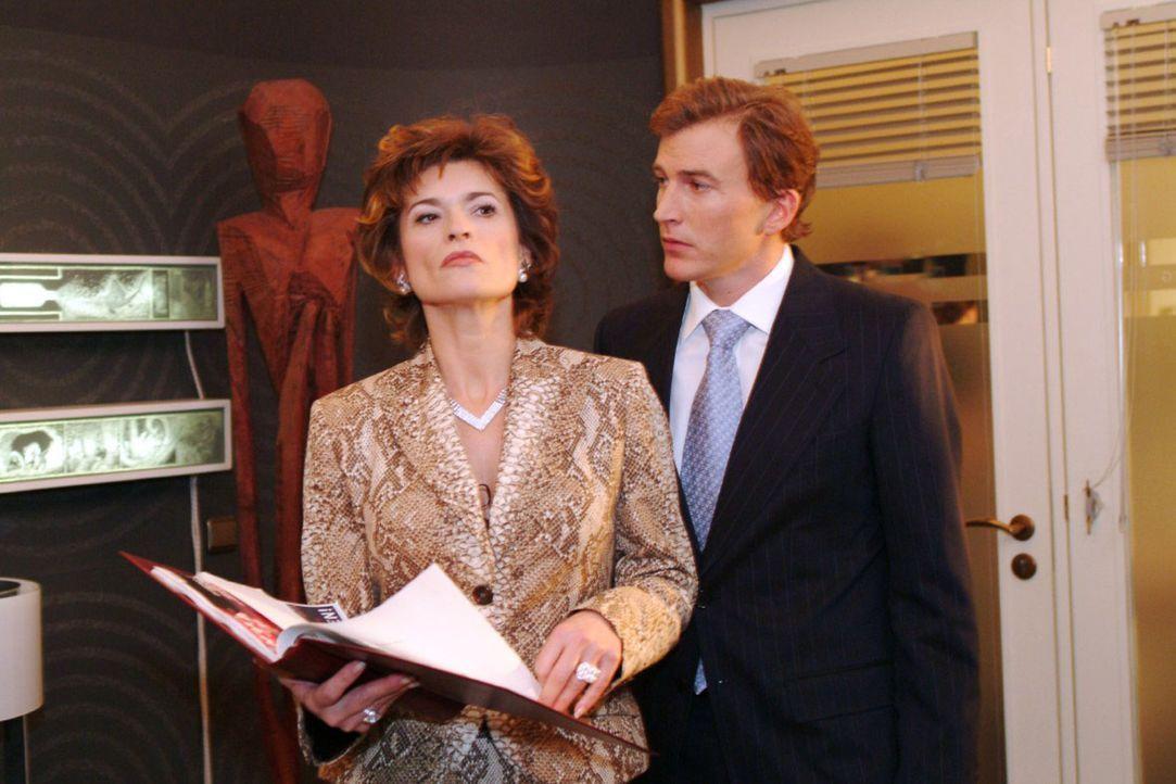 Sophie (Gabrielle Scharnitzky , l.) lehnt es ab, mit Olaf Kern (Axel Röhrle, r.), Richards Gehilfen, zusammen zu arbeiten. - Bildquelle: Monika Schürle Sat.1