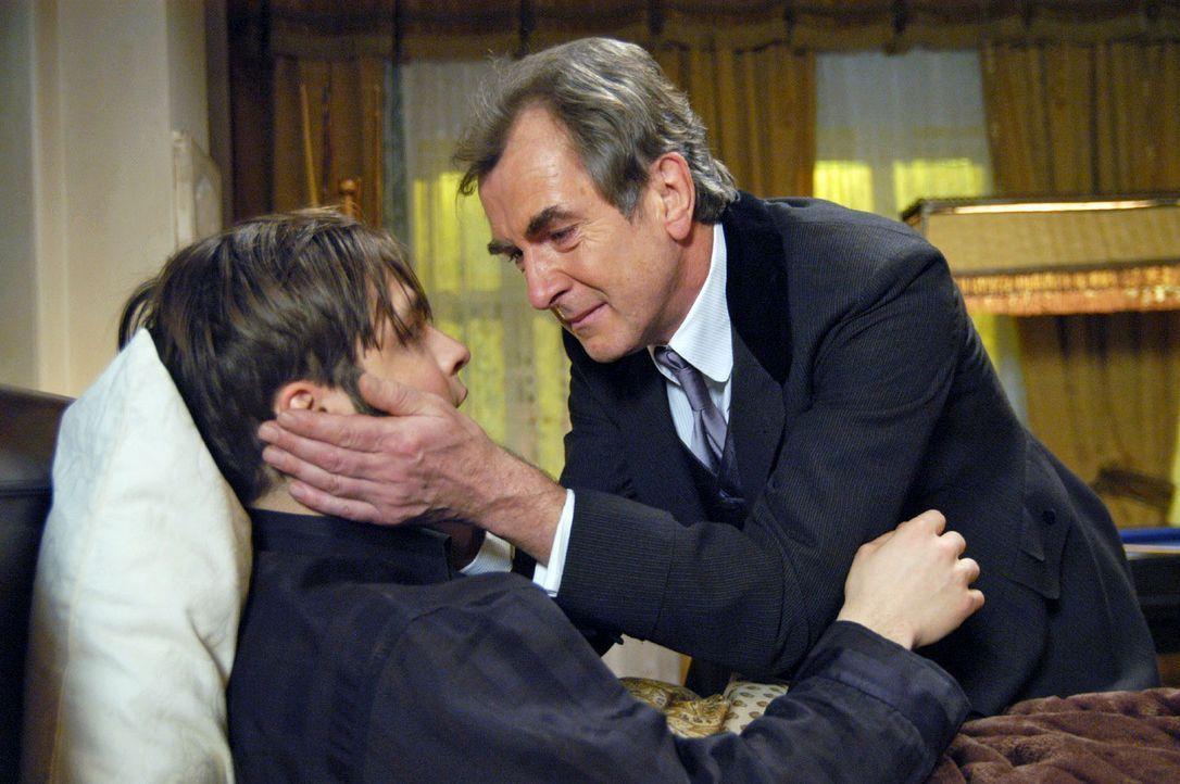 Arthur Gravenhorst (Peter Prager, r.) verzeiht seinem Sohn (Tim Sander, l.) am Krankenbett. - Bildquelle: Aki Pfeiffer Sat.1
