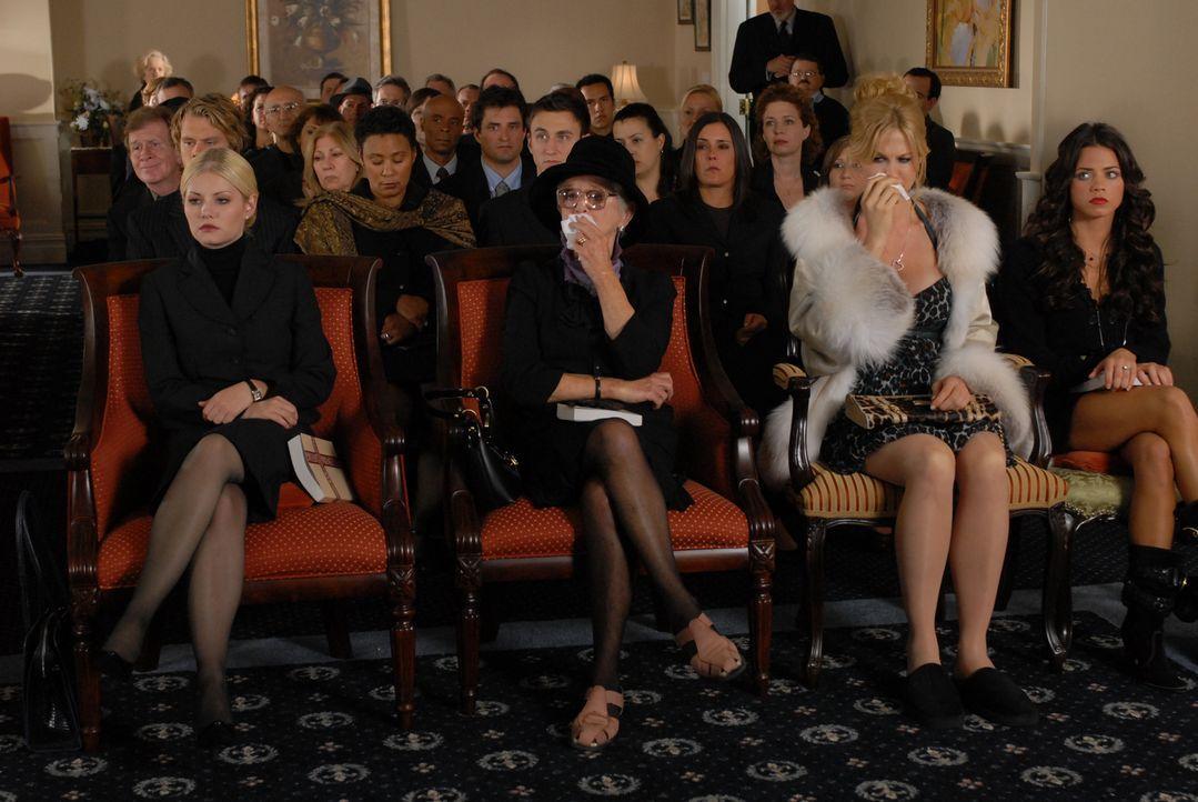 Bei Henrys Trauerfeier beginnt der Streit seiner Ex-Frauen (vordere Reihe v. l: Elisha Cuthbert, Barbara Barrie, Jenna Elfman, Jenna Dewan). Welche... - Bildquelle: Koch Media GmbH, Six Wives, LLC.