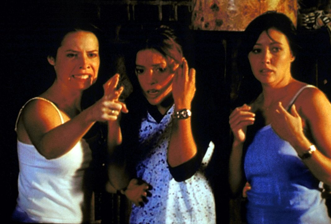 """Piper (Holly Marie Combs, l.), Phoebe (Alyssa Milano, M.) und Prue (Shannen Doherty, r.) müssen hilflos zusehen, wie ihnen das """"Buch der Schatten""""... - Bildquelle: Paramount Pictures"""