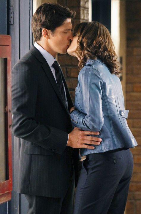 Kommen sich näher: Demming (Michael Trucco, l.) und Beckett (Stana Katic, r.) ... - Bildquelle: ABC Studios