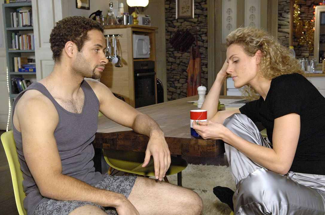 Jannick (Mike Adler, l.) bietet der geknickten Maja (Barbara Lanz, r.) an, sie zur Schwangerschaftsgymnastik zu fahren. - Bildquelle: Claudius Pflug Sat.1