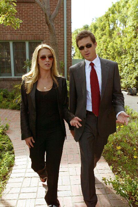 Martin Fitzgerald (Eric Close, r.) und seine Kollegin Samantha Spade (Poppy Montgomery, l.) sind sich, ihren aktuellen Fall betreffend, nicht ganz e... - Bildquelle: Warner Bros. Entertainment Inc.