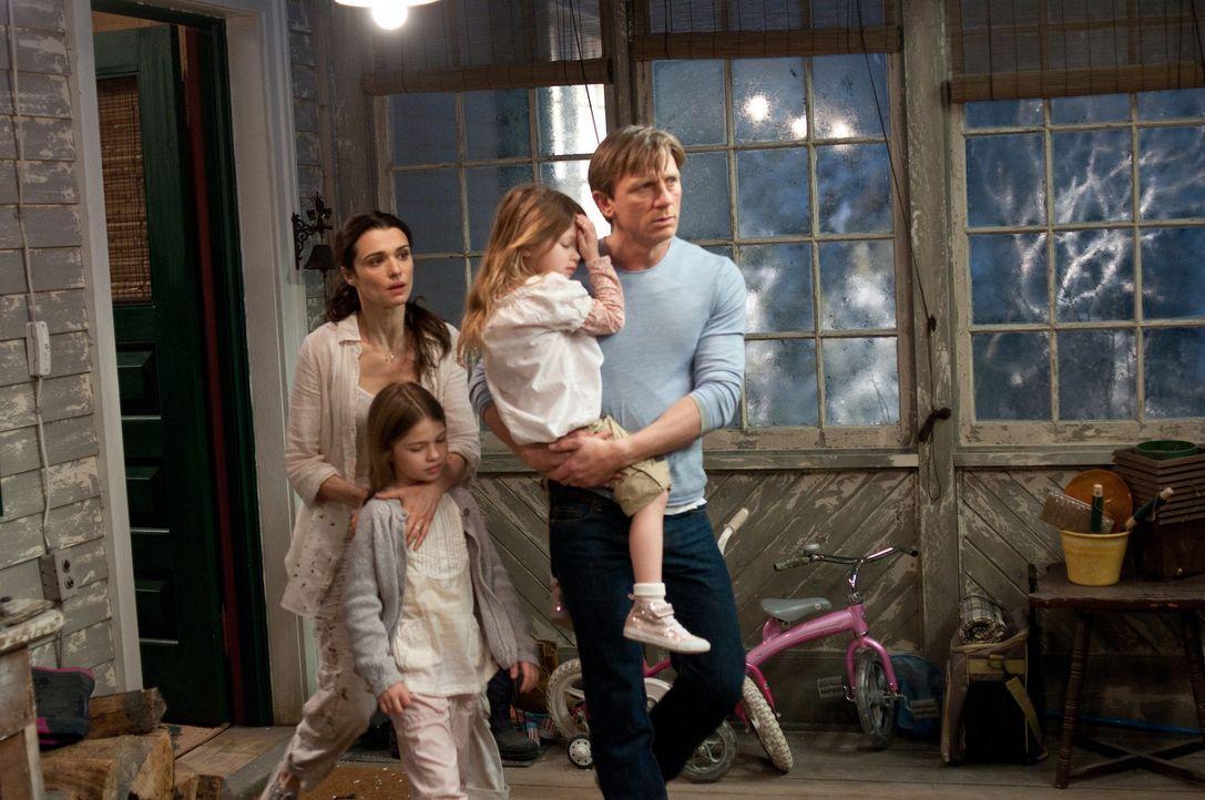 Verzweifelt versuchen Will (Daniel Craig, r.), Trish (Taylor Geare, 2.v.l.), Dee Dee (Claire Geare, 2.v.r.) und Libby (Rachel Weisz, l.), die unerkl... - Bildquelle: 2011 Universal Studios