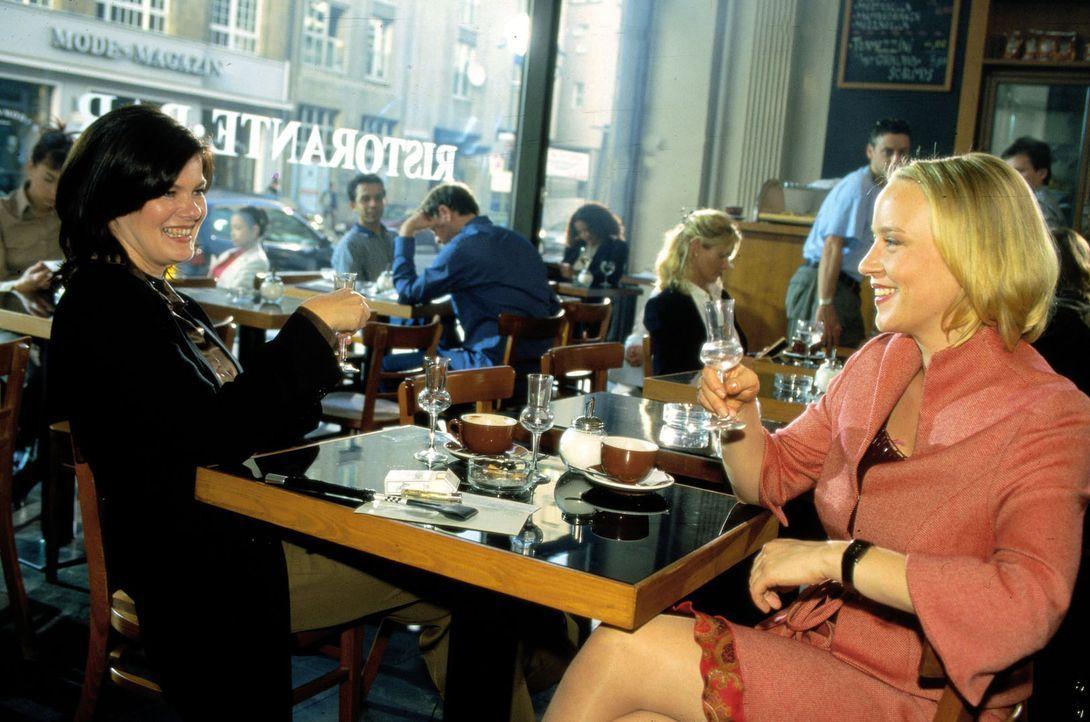 Noch haben Bianca (Birge Schade, l.) und Jule (Floriane Daniel, r.) eine Menge Spaß ... - Bildquelle: Oliver Ziebe Sat.1