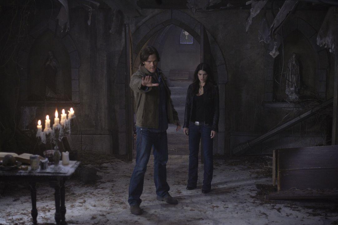 Das Ende ist nah: Sam (Jared Padalecki, l.) hilft Ruby (Genevieve Cortese, r.) bei einem letzten Versuch, Lilith zu töten, während Castiel und Zacha... - Bildquelle: Warner Bros. Television