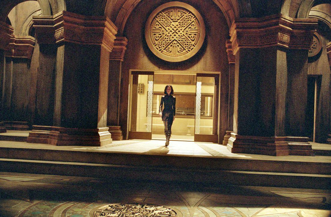 Während das Duell der Nachtgeschöpfe im Untergrund der Stadt eskaliert, erweckt Selene (Kate Beckinsale) den mumifizierten Viktor, einen übermächtig... - Bildquelle: 2003 Lakeshore Entertainment Group LLC. All Rights Reserved.
