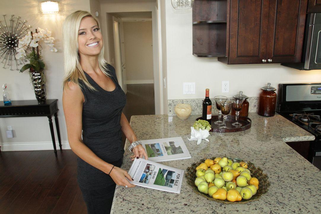 Als Christina eine Mail mit Hausangeboten von einem Agenten bekommt, ist sie von den günstigen Preisen überwältigt ... - Bildquelle: 2013,HGTV/Scripps Networks, LLC. All Rights Reserved