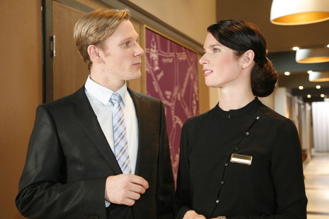 Nach ihrem peinlichen Auftritt findet sich Manu resigniert damit ab, fristlos entlassen zu werden. Gina (Elisabeth Sutterlüty, r.) nutzt die Gelege... - Bildquelle: Sat.1