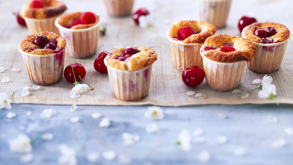 Enie backt: Rezept-Bild Muffins mit Kirschen und Himbeeren - Bildquelle: Photocuisine