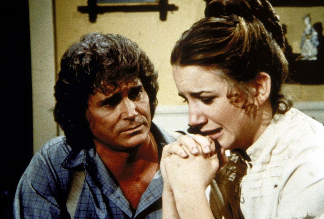 Charles (Michael Landon, l.) versucht, seine Tochter Laura (Melissa Gilbert, r.) zu trösten, die mit ihrem Mann durch schwere Schicksalsschläge in... - Bildquelle: Worldvision