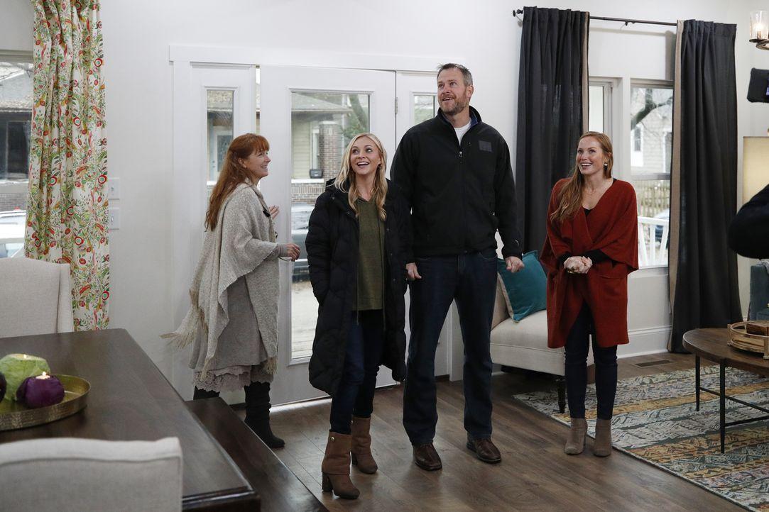 Mina (r.) und Karen (l.) gestalten das Häuschen so um, dass es für den Verkauf attraktiver ist. Die ersten potentiellen Käufer lassen nicht lange au... - Bildquelle: Joe Robbins 2017,HGTV/Scripps Networks, LLC. All Rights Reserved