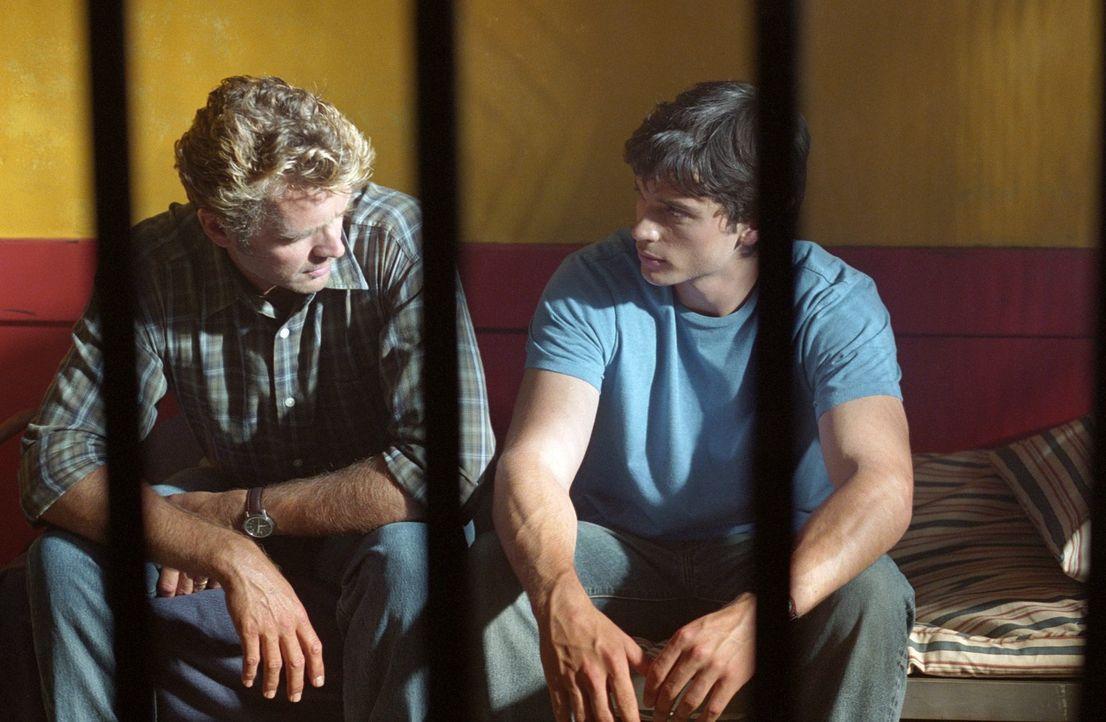 Wieder vereint: Clark (Tom Welling, r.) hat seinen Vater (John Schneider, l.) endlich gefunden ... - Bildquelle: Warner Bros.