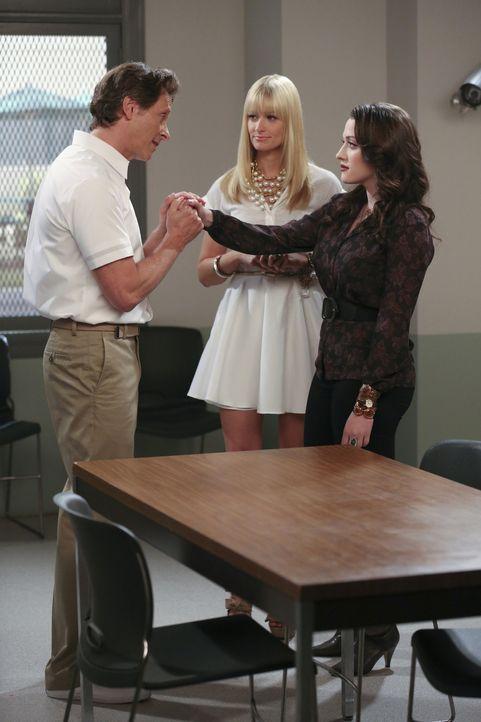 Ein Besuch im Knast bei Mister Channing (Steven Weber, l.) sorgt bei Caroline (Beth Behrs, M.) und Max (Kat Dennings, r.) für wilde Träume vom Par... - Bildquelle: Warner Brothers