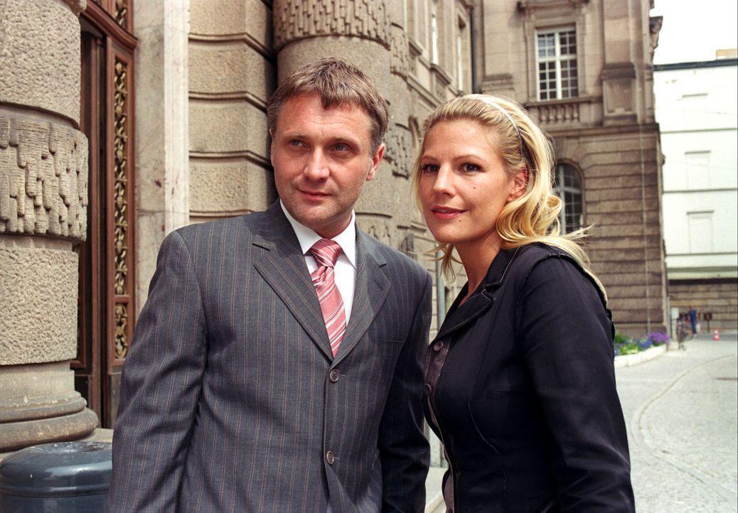 """Anwalt Roman Lehnhard (Bernhard Schir, l.) geht mit Sophie (Sophie Schütt, r.) zum Gericht, damit sie """"ihren"""" Fall der Richterin vortragen kann. - Bildquelle: Noreen Flynn Sat.1"""
