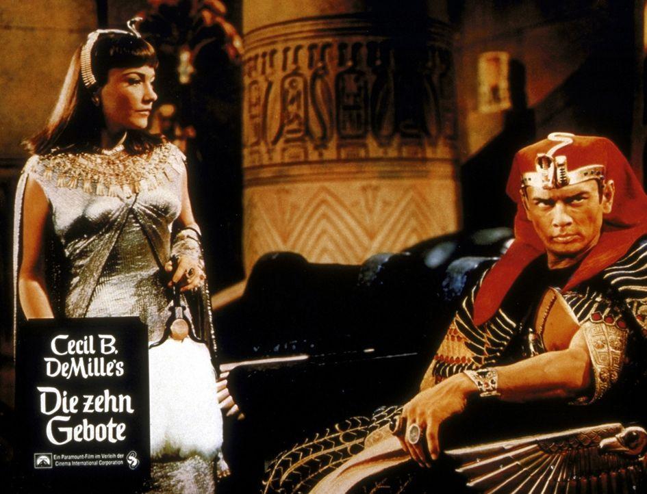 Prinzessin Nefretiri (Anne Baxter, l.) stellt den hinterlistigen Pharao Ramses II. (Yul Brynner, r.) zur Rede ... - Bildquelle: Paramount Pictures