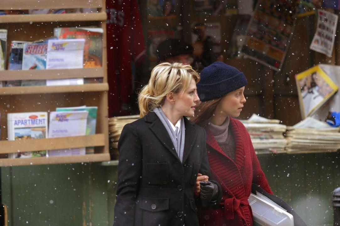 Det. Lilly Rush (Kathryn Morris, l.) hilft der erst kürzlich aus dem Koma erwachten Rosie Miles (Laura Regan, r.), sich langsam aber sicher wieder a... - Bildquelle: Warner Bros. Television