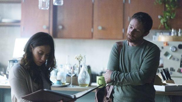Richard (Mackenzie Astin, r.) organisiert ein Treffen seiner Magier bei Julia...