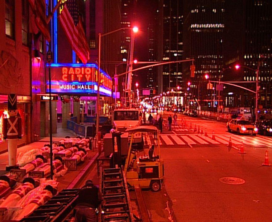 Eine 25 Meter hohe tonnenschwere Tannenbaum-Konstruktion mit 10.000 Blinklichtern wird nachts auf das Vordach der 'Radio City Music Hall' gehievt ..... - Bildquelle: ProSiebenSat.1 TV