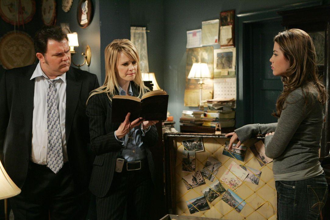 Erhoffen sich durch Emma Stone (Tyler Kain, r.) den bisher älteste ungelöste Mordfall Philadelphias lösen zu können: Nick Vera (Jeremy Ratchford, l.... - Bildquelle: Warner Bros. Television