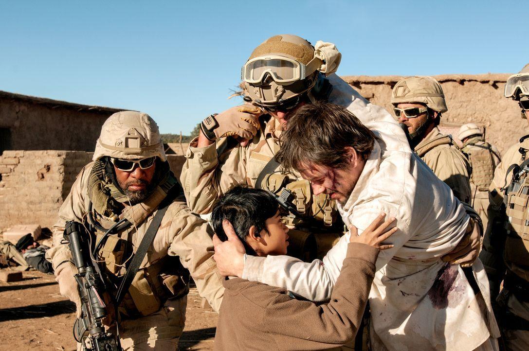 Als die Navy Seals Marcus Luttrell (Mark Wahlberg, r.) aus dem afghanischen Dorf holen, kann sich der Gerettete nur bei den Bewohnern bedanken, dass... - Bildquelle: Greg Peters Universal Pictures