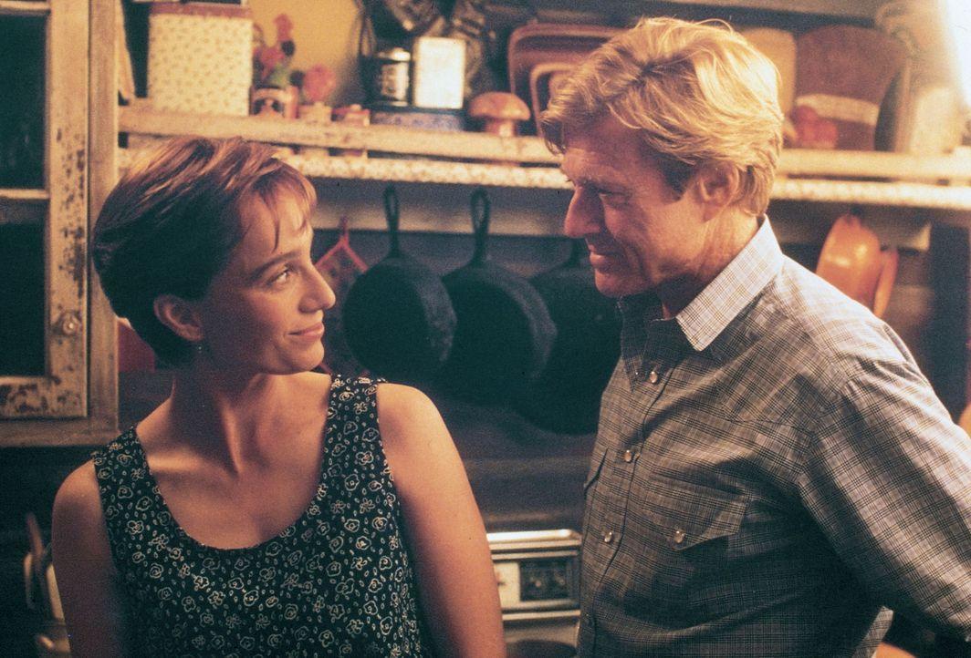 Annie MacLean (Kristin Scott-Thomas, l.) hofft auf die Hilfe des Pferdeflüsterers Tom Booker (Robert Redford, r.) ... - Bildquelle: Elliott Marks Touchstone Pictures