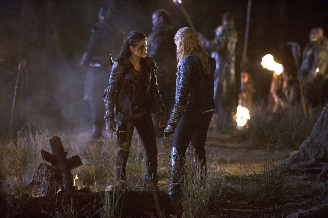 Octavia (Marie Avgeropoulos, l.) spricht Clarke (Eliza Taylor, r.) auf den Bombenangriff und ihr unerklärliches Überleben an, und ist geschockt, als... - Bildquelle: 2014 Warner Brothers