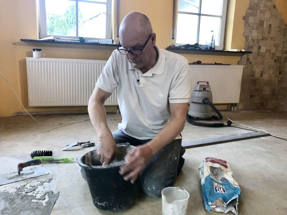 """Eine Familie, ein Wohnzimmer, vier Tage Zeit - und ein Budget von 2.000 Euro. """"Abenteuer Leben"""" zeigt den 55-jährigen unerschrockenen Heimwerker Ber... - Bildquelle: kabel eins"""