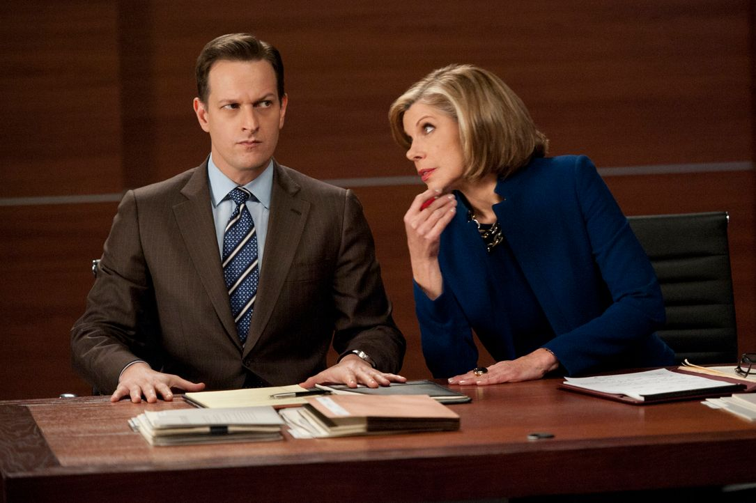 Aus Partnern werden Gegner: Will (Josh Charles, l.) und Diane (Christine Baranski, r.) müssen sich in einem angespannten Fall gegen Alicia und Cary... - Bildquelle: David M. Russell 2012 CBS Broadcasting, Inc. All Rights Reserved