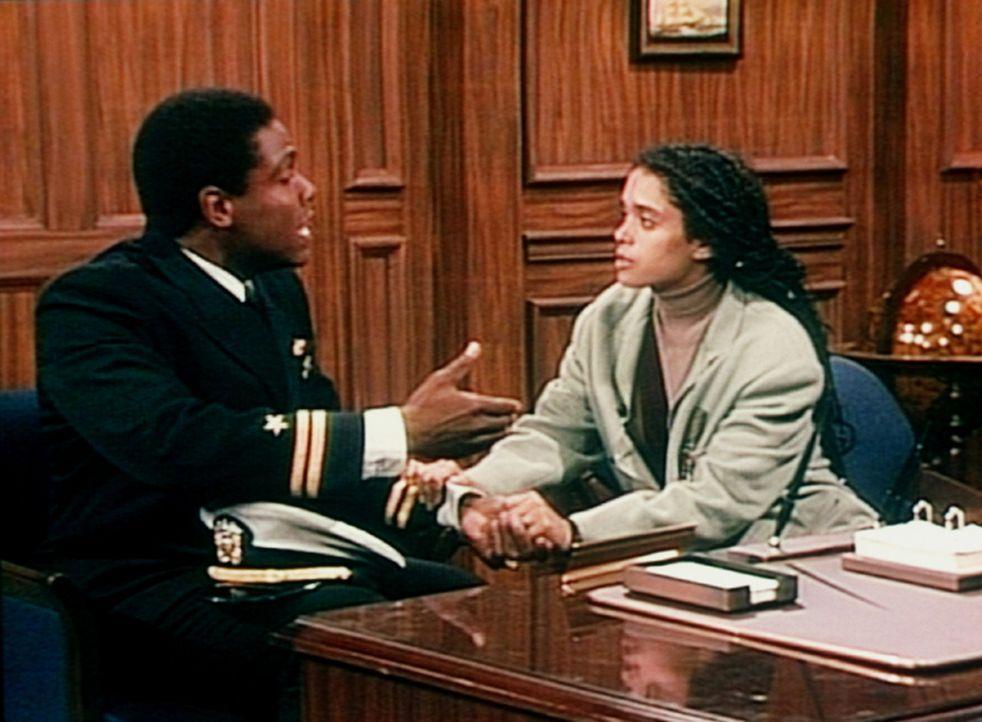 Martin (Joseph C. Phillips, l.) macht seiner Frau Denise (Lisa Bonet, r.) Vorwürfe, weil sie es versäumt hat, das Angebot einer Dienstwohnung auf... - Bildquelle: Viacom