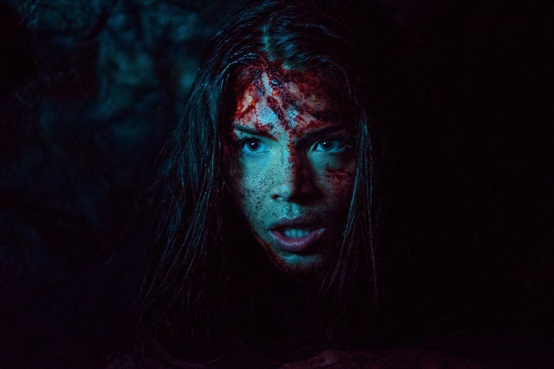 Gefangen in einem kleinen Raum: Bei Octavia (Marie Avgeropoulos) ruft das schreckliche Erinnerungen wach ... - Bildquelle: Warner Brothers