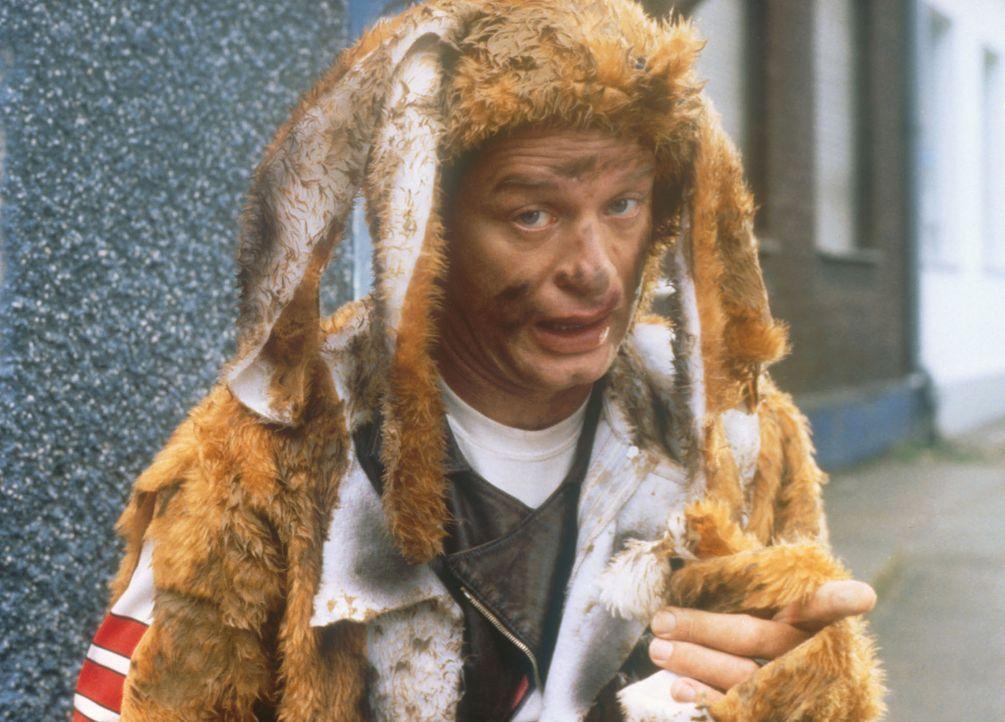 Tommi (Tom Gerhardt) gleicht eher einem begossenen Pudel als einem fröhlichen Osterhasen ... - Bildquelle: Constantin Film