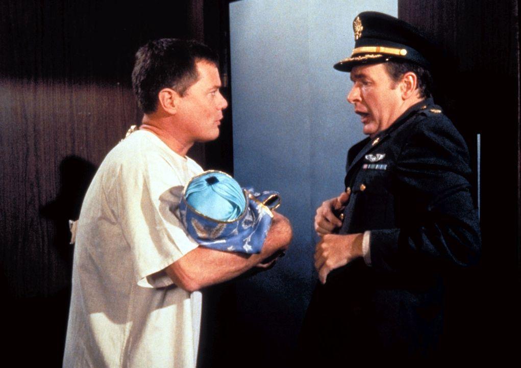 Tony Nelson (Larry Hagman, l.) erscheint in seiner Not mit dem Baby Abdullah bei Roger Healey (Bill Daily, r.) im Krankenhaus der NASA. - Bildquelle: Columbia Pictures