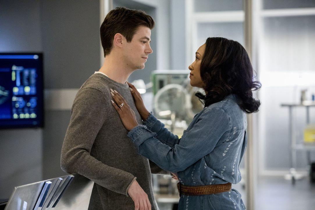 Barry (Grant Gustin, l.) und Iris (Candice Patton, r.) sind sich uneinig darüber, wie sie mit Cisco und Gypsys Beziehungskrise umgehen sollen ... - Bildquelle: 2017 Warner Bros.