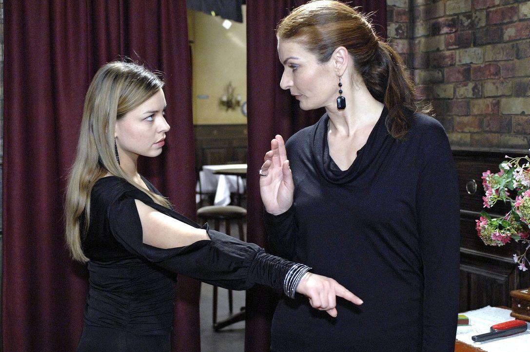 Katja (Karolina Lodyga, l.) macht Natascha (Franziska Matthus, r.) unmissverständlich klar, dass sie erwartet, dass Natascha sich an die Absprachen... - Bildquelle: Oliver Ziebe Sat.1