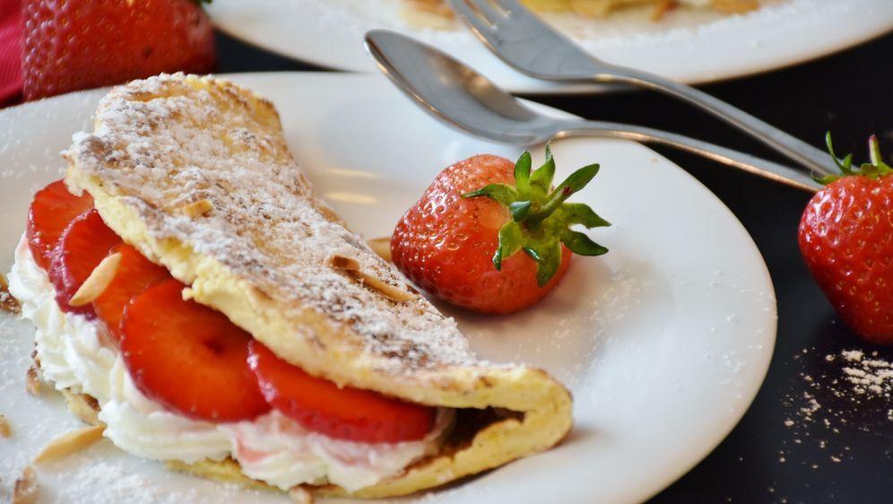 Flambierte Erdbeeren auf Vanilleeis mit Pfannkuchen - Bildquelle: Pixabay
