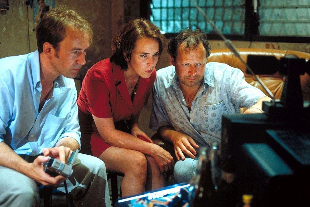 Auf einen Tipp hin, treffen sich die verzweifelten Eltern Sven (Ulrich Noethen, l.) und Jana (Bettina Kupfer, M.) mit dem ehemaligen BND-Agenten Dux... - Bildquelle: Manju Sawhney ProSieben