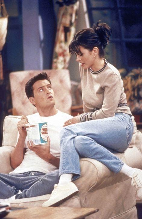 """Chandler (Matthew Perry, l.) hat Angst vor dem """"Tunnel der Bindung"""". Monica (Courteney Cox, r.) versucht, Chandler zu beruhigen. - Bildquelle: TM+  2000 WARNER BROS."""