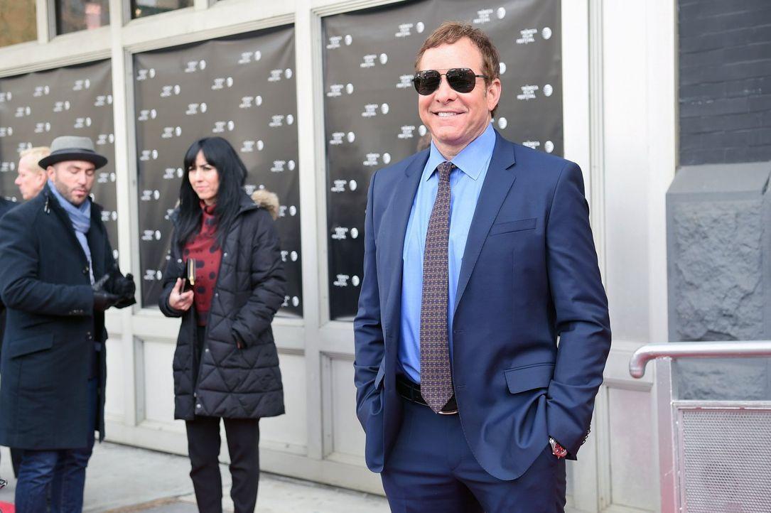 Bei den Ermittlungen in einem neuen Mordfall trifft Laura auf Steve Guttenberg (Steve Guttenberg) ... - Bildquelle: Warner Bros. Entertainment, Inc.