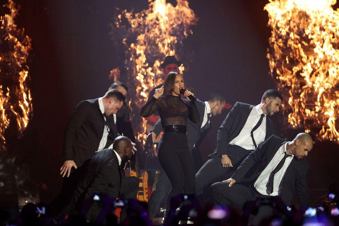 "Alicia Keys performt ""Girl On Fire"" - Bildquelle: AFP"