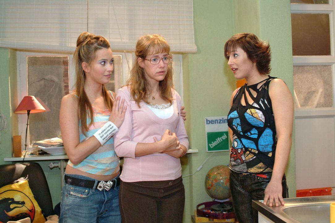 Lisa (Alexandra Neldel, M.) ist über Yvonnes (Bärbel Schleker, r.) Reaktion auf ihren Auszug überrascht. Im Gegensatz zu Hannah (Laura Osswald, l.)... - Bildquelle: Monika Schürle Sat.1